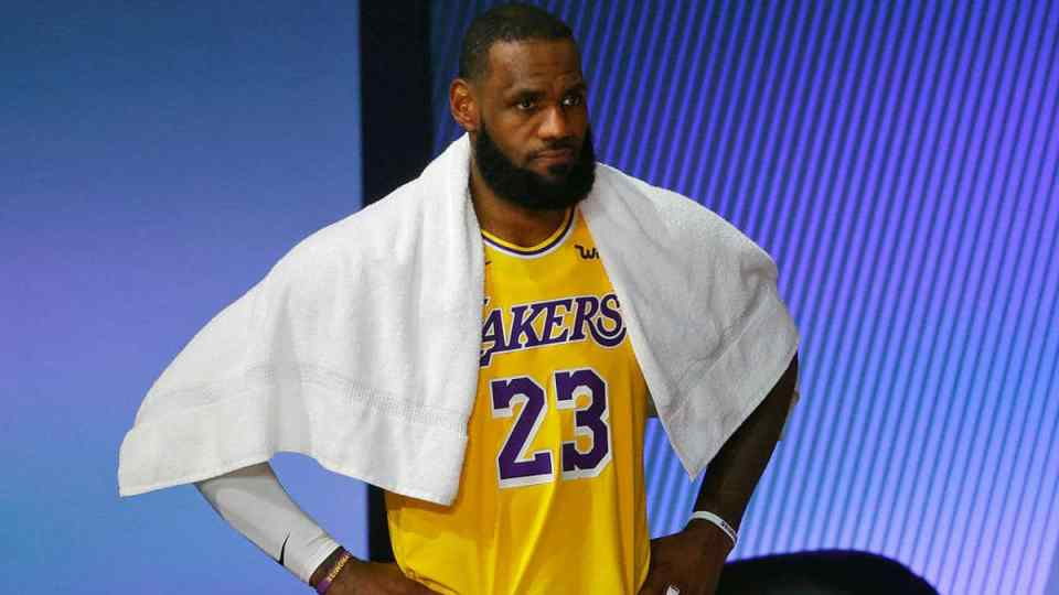 LeBron James leaves game with right ankle soreness