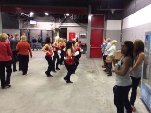Le cheerleader preparano la coreografia