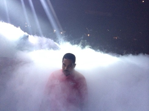 Uomo della security nella nebbia artificiale
