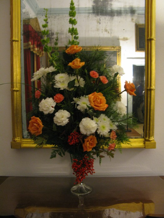Landing arrangement with peach roses