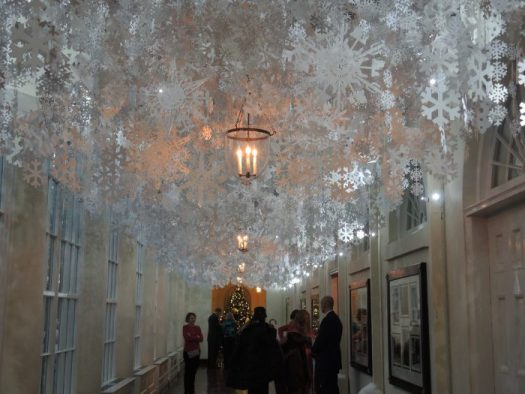 The East Colonnade was decorated with snowflakes from all 5o states and 6 Pretecorates