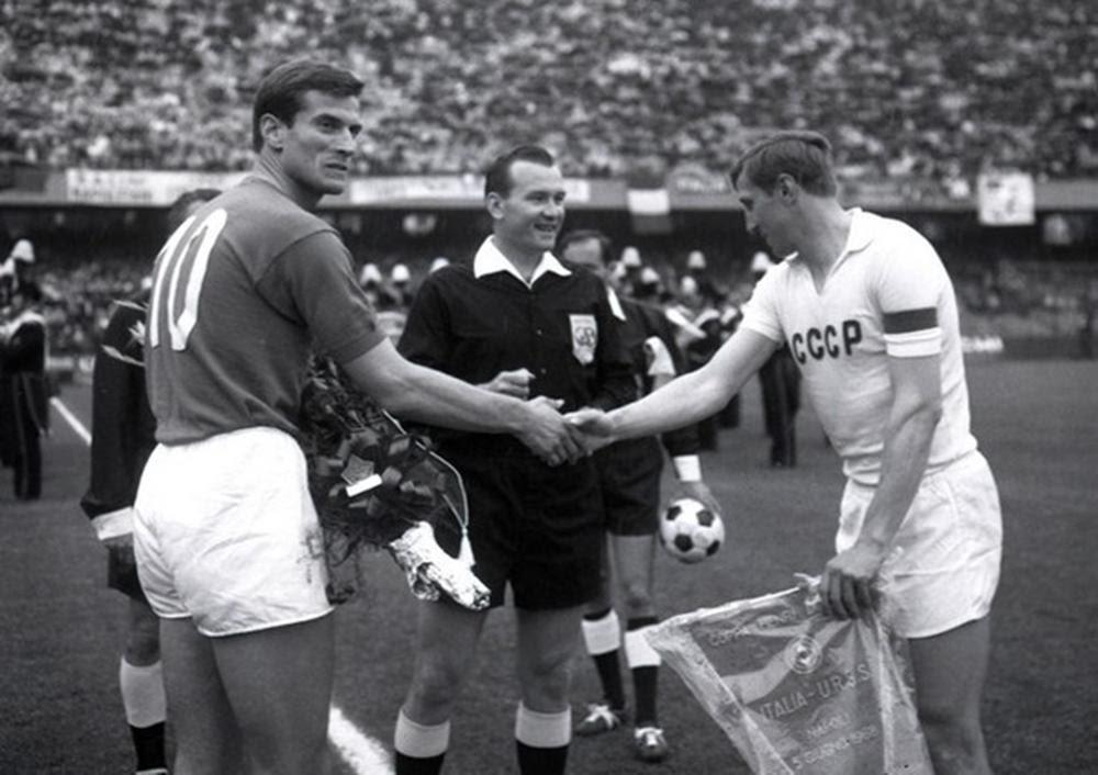 Facchetti stringe la mano del capitano dell'URSS prima della partita