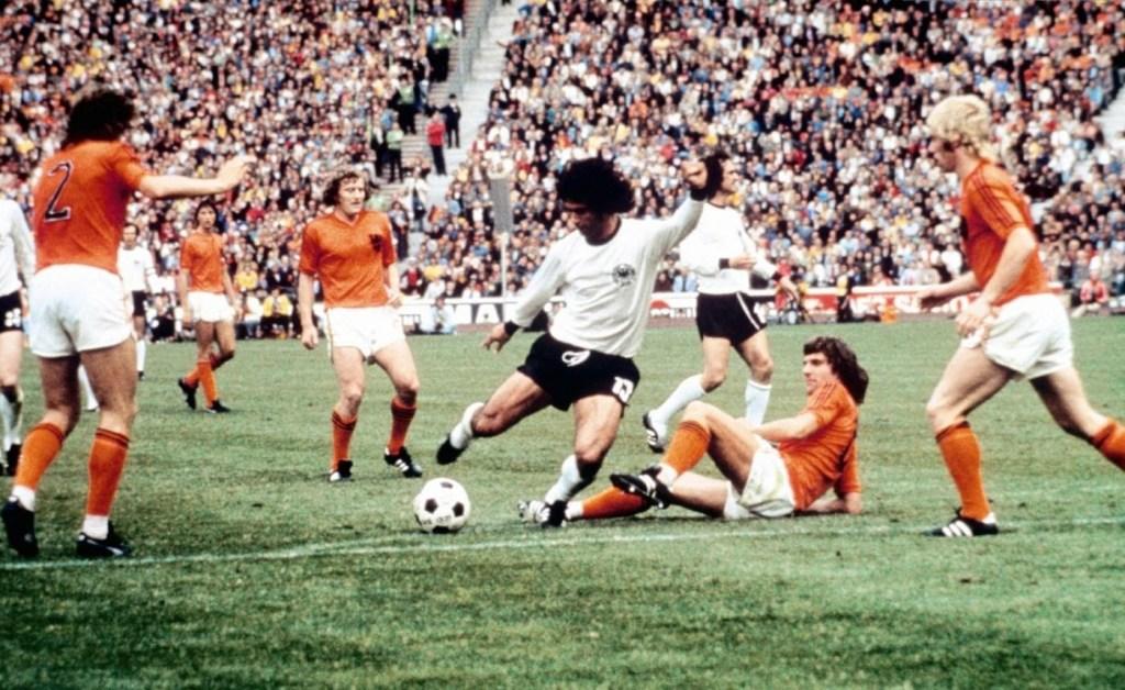 Dieter Muller segna contro l'Olanda
