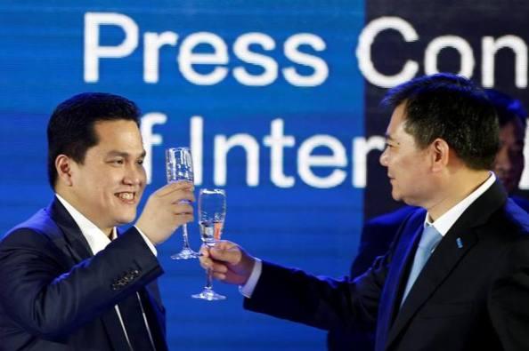 Zhang Jindong brinda con Erick Thohir