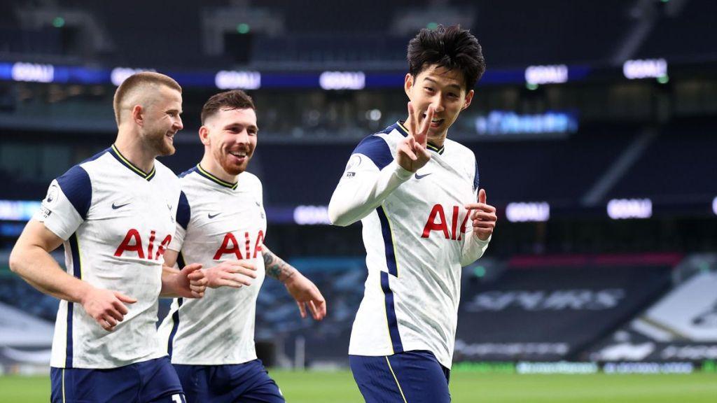 """Son festeggia un gol mostrando la """"V"""" vittoria con le dita"""