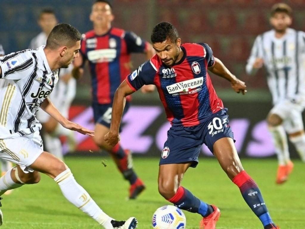 Junior Messias in Crotone-Juventus a inizio stagione: qui in 1 vs 1 con Demiral