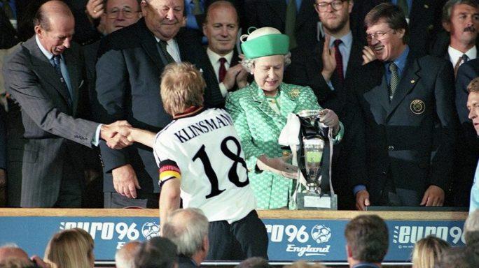 La Regina Elisabetta II premia Klinsmann