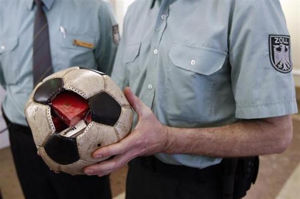 Futbol topu içinde sigara