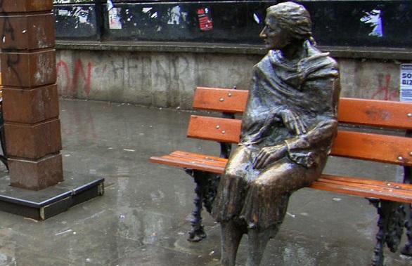 yüksel caddesi oturan teyze heykeli