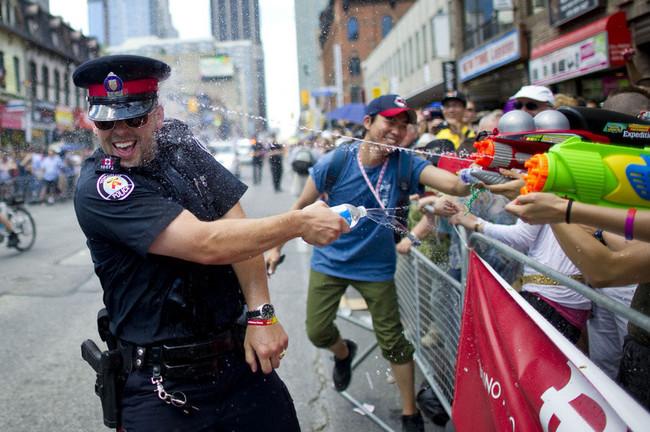 Eğlenen iyi polisler- 6455
