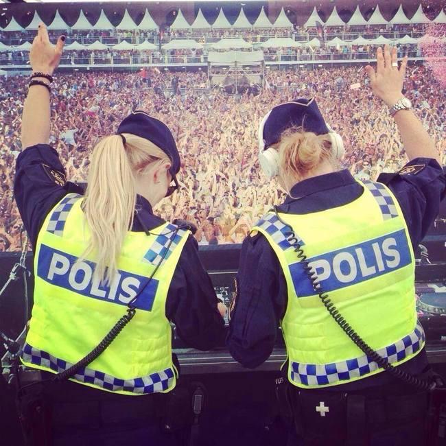 Eğlenen iyi polisler52