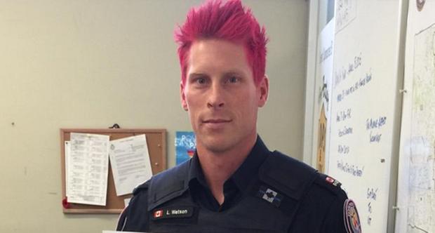 saçlarını pembeye boyayan polis