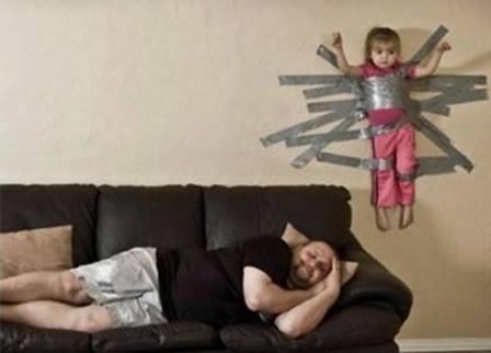 çocuğunu duvara bantlayan baba