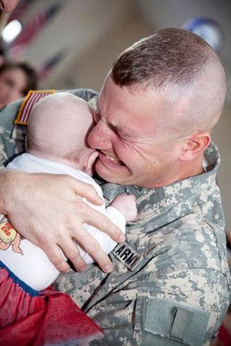 Bebeğiyle ilk kez karşılaşan baba