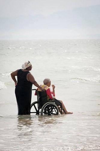 annesini denize iten kadın