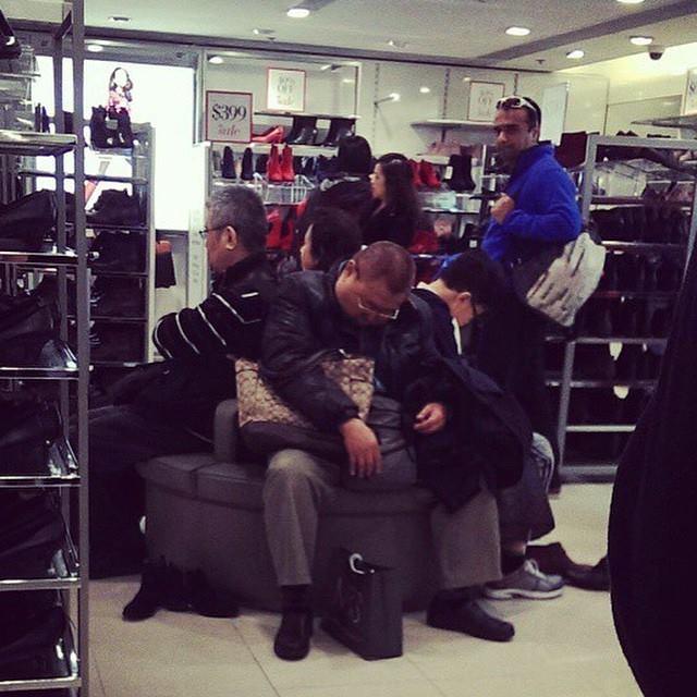 alışveriş yapan kadınları bekleyen erkek fotoğrafları 3