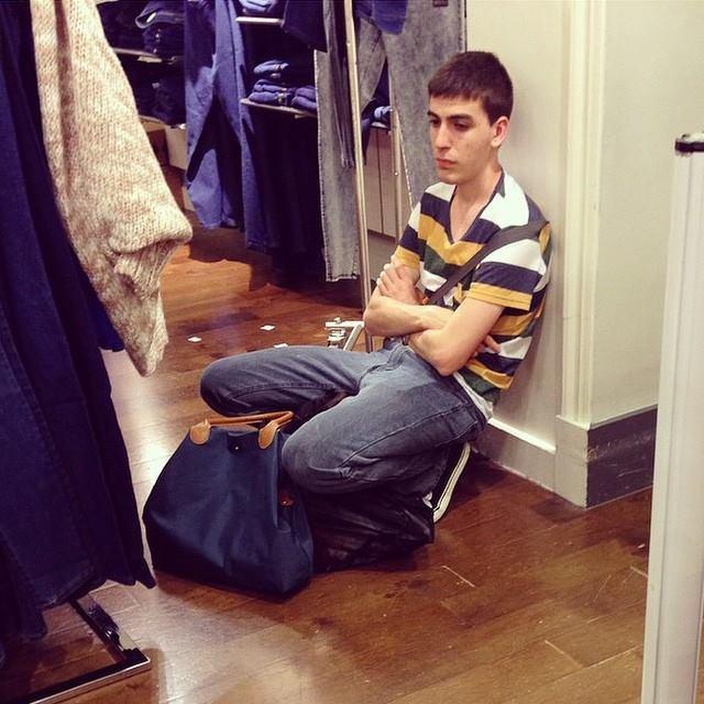 alışveriş yapan kadınları bekleyen erkek fotoğrafları 5