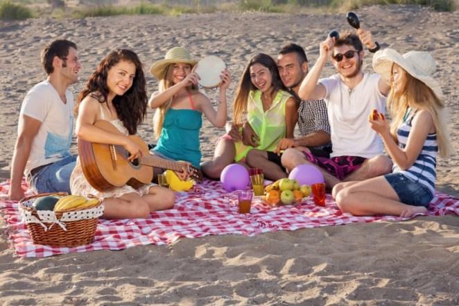 gitar çalan gençler