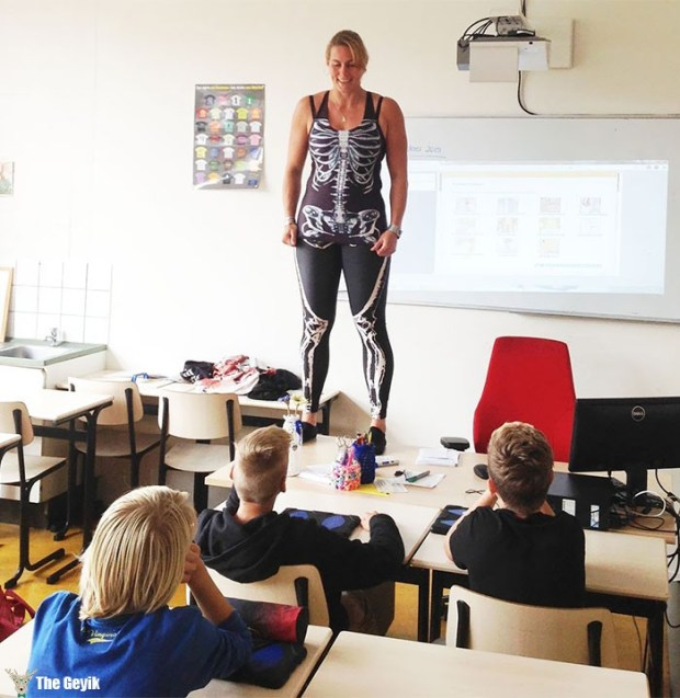 soyunarak ders anlatan öğretmen