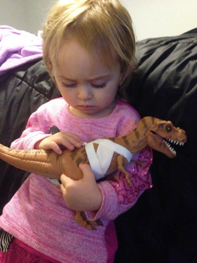 jurassic parktaki dinozoru tedavi ettiren kız