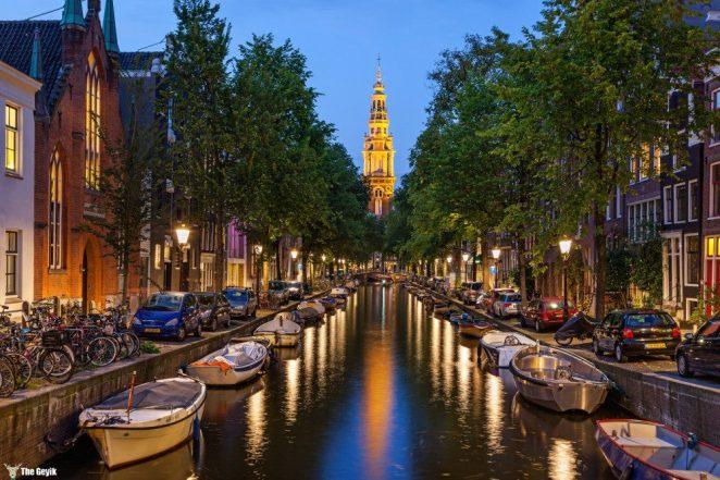 Amsterdam, Hollanda'nın başkentidir. Ancak ülke hükümetin ve meclisin bulunduğu Lahey'den yönetilir.