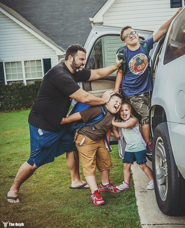 Okulun ilk günü - çocuklarını okula gönderdiğine sevinen aileler 3