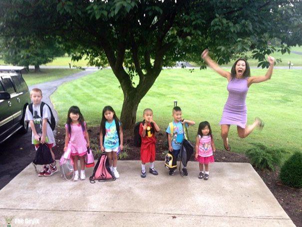 Okulun ilk günü - çocuklarını okula gönderdiğine sevinen aileler 6
