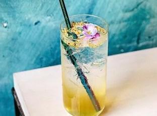 Zoete cocktail met vlierbloesemsiroop en Belgische gin