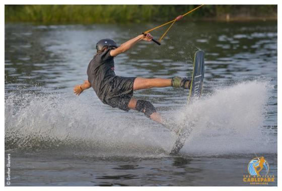 Wakeboarder op water dankzij gin van The Ghentist