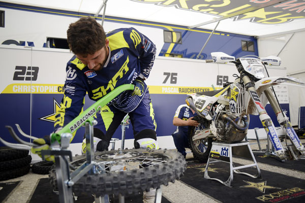 Rabaconda tyre changer in action with Christophe Charlier the pro rider