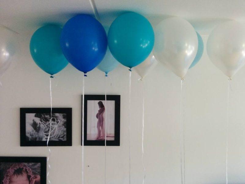 blå balloner med helium