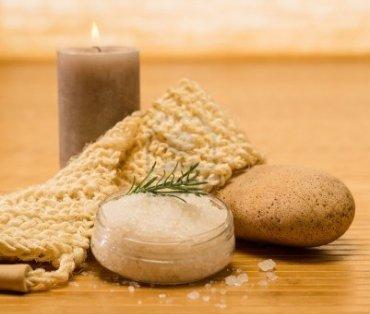 15707535-spa-prodotti-naturali-scrub-della-pelle-e-sale-su-sfondo-di-legno