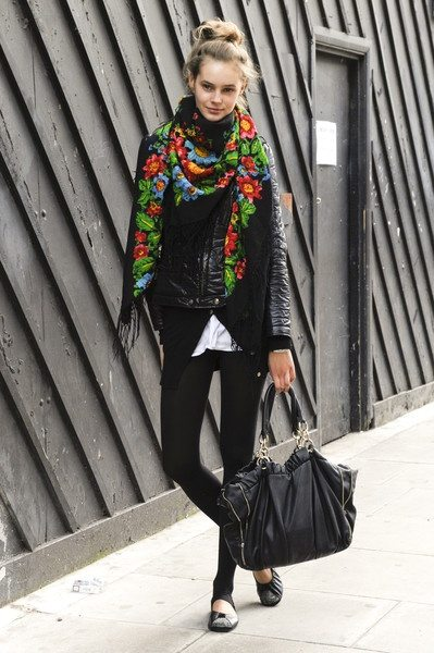 Fashion Tips Black Floral Scarf Black Skinny Jeans Ballet Flats Leather Jacket Large Purse Travel Outfit