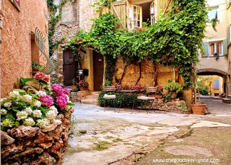 cotignac courtyard