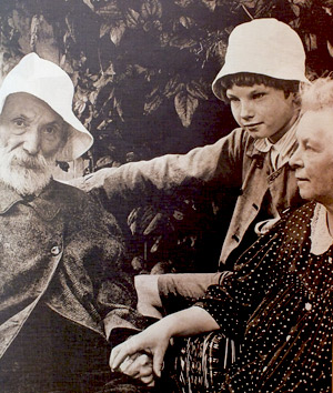 Renoir-in-the-garden-of-his-home-in-Essoyes