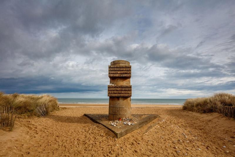 La playa de desembarco del Día D en Normandía con un monumento a los que sacrificaron sus vidas