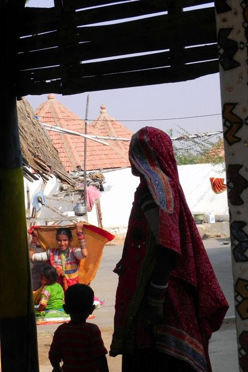 Gujarat_Khavda_familyHome - The colours of Kutch
