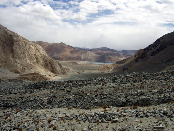Leh - First view of Pangong Tso - Eight things we learned in Ladakh