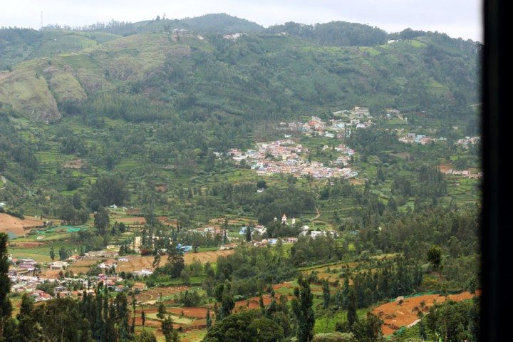 Coonoor - View from the train - Valley houses