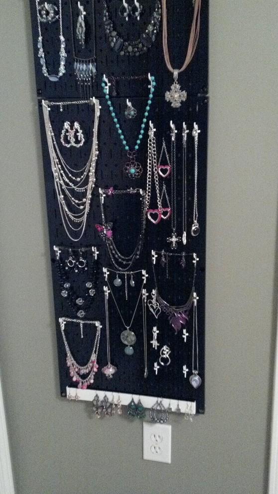 Display organized jewelry