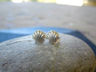 Camino scallop shell earrings to wish safekeeping