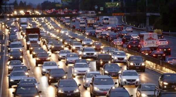 Pemakaian motor dan mobil di jalan raya