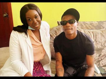 Wizkid Visits Stonebwoy's Wife, Dr Louisa, To Have His Teeth Checked