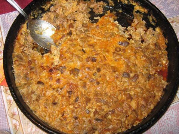 Цревца, желудац, слезина око 1,5кг, 500гр црног лука, алева паприка 1 кашика, 5 чена белог лука, бибер, со по укусу, 4 комада јаја. Килограм и по изнутрица подразумева највише цревца једну ону слезину и желудац. Е сад, неко ставља и џигерицу због масе тата не. Изниутрице добро опрати и ставити да се кувају. Кад је скувано исецкати на коцкице што ситније ( немојте млети на воденици није то то). У плех у коме ћете пећи сармицу ставите ситно сецкан црни лук да се динста док не добије златну боју. Додати алеву паприку и сецкан ситно бели лук. Све то мало пропржити па у то додати исецкане изнутрице, добро измешати, утапкати, додати бибера и соли по укусу и прелити са 4 добро умућена јајета. По потреби додати мало воде ако видите да вам је мало сувље око пола чаше. Ставити у рерну да се запече на 180 степени око пола сата. Сервирати са киселим млеком. ПРИЈАТНО!
