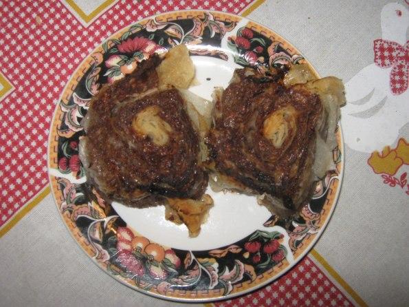 12 танких кора за пите 7 средњих накиселих јабука 300 гр ораха 150 гр посне чоколаде за кување 5 кашика шећера кесица ванилин шећера или пола шипке ваниле кашичица равна цимета 1 дл уља за сируп 3 дл воде 12 кашика шећера мало сока од лимуна  Ољуштити јабуке и на крупно их нарендати. Ставити у шерпу са једном кашиком уља да се динста. Додати шећер и непрестано мешати. Додати орахе и нарендану чоколаду, цимет и ванилу. Све динстати око 2 до 3 минута. поделити фил на 4 једнака дела. Ставити једну кору на радну површину па мало науљити, па другу кору, па преко фил једну четвртину размазати преко целе коре, па опет кору, па науљити, па кору па фил, па кору, па науљити па кору. Значи 3 х 2 коре и 2 фила. Увити у ролат по могућству што ужи. Исећи на колутове дебљине око 2 прста, поређати у плех положено. тако направити још један ролат. Буде око 20 парчета. Ставити у рерну и пећи на 180 или 200 око 25 мин. У међувремену, ставити воду шећер и лимун и пустити да ври само 3 до 4 мин. Не треба сируп густ да буде. Врело прелити преко врелих парчића. Оставити да преноћи.