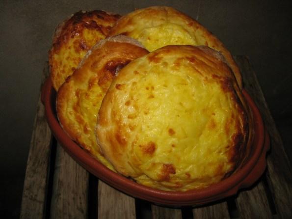 Састојци: 1кг брашна, ( ја сам користила тип 400 меко), 2 јајета, коцкица квасца, 500 мл топле воде, 6 кашика скроз растопљеног путера (може и уље испробано), 1 равна кашика шећера, 2 равне кашике соли. Прелив за преко лепиње: 400гр киселог млека, 2 јајета, 2 кашике растопљеног путера (и ту може уље) 400гр качкаваља који се лако топи.Ставити сав квасац у млаку воду са шећером. У ванглу ставити просејано брашно (ја сам користила меко тип 400)и све остале састојке. На крају додати квасац. Квасац треба само да крене, не скроз да ускисне. Тесто добро умесите. Лепиће се за руке јер је мекано па ви мало поуљите руке када месите. Ја сам навела да може и уље уместо путера мада у оригиналу стоји путер. Прекријте памучном крпом и оставите једно пола сата да нараста да се дуплира. Тесто премесите, па побрашњавите радну површину и изручите тесто. Поделите га на 10 јуфки. Сваку јуфку растањите рукама на величину рецимо десертног тањира. Поређајте у плех. Умутите јаја виљушком па додајте кисело млеко. Све добро сједините па ставите преко лепиња, али не до ивице. Да вам пола прста остане теста. И отприлике иду по три кашике на тесто. Док не утрошите све. Преко иде доста ренданог качкаваља. Овде не иде сир ја сам ставила качкаваљ који се лако топи. У рецепту је писало да иде неки сир који се топи и који је између кајмака и сира. Ако вам се чини да има доста фила не брините, упије тесто. Тако нафиловано оставите да нараста још једно 15 минута. Ставите да се пече на 220 степени 20 минута у зависности од рерне. Мени је рерна на врућ ваздух. И то је то. Само да напоменем да је рецепт сличан бугарској Прленки само што се тамо користи овчији сир и овчије кисело млеко. Па пријатно!!!