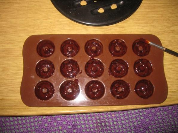 Отопити 150 гр чоколаде за кување са 3 кашике уља па обложити калуп за пралине. Сипати ганаш крем .