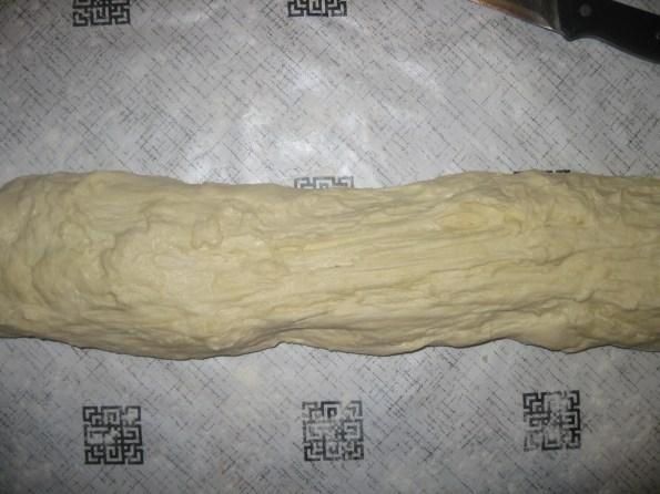 Благо побрашњавите сто само да се не би лепило за подлогу јер се генерално не додаје брашно. Тесто не месите додатно него га само исипате пажљиво на подлогу. Битно је да се тесто не меси јер сте га довољно месили кда сте додавали брашно. Направите тесто у кифлу и исечете на десет једнаких јуфки. Сваку јуфку сасвим благо обликујете у лепињу и ставите на пек папир.