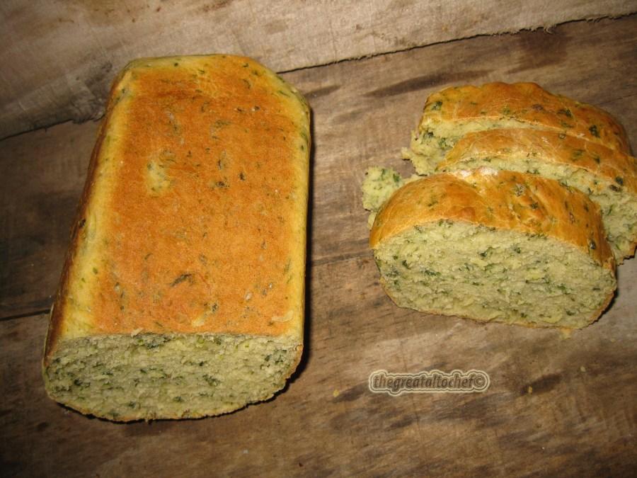 Морам да вам признам да сам се за овај хлеб прошло јутро поштено смрзла. Отишла сам ујутру раније да копам по бувљаку. У потрази сам за једном метлицом за неки стари миксер да га комплетирам за резерву и тако копајући наиђем на неки часопис са почетка шездесетих и у њему рецепт за овај хлеб. Рецепт ми се на прву лопту мнооого допао и реших да спремим.