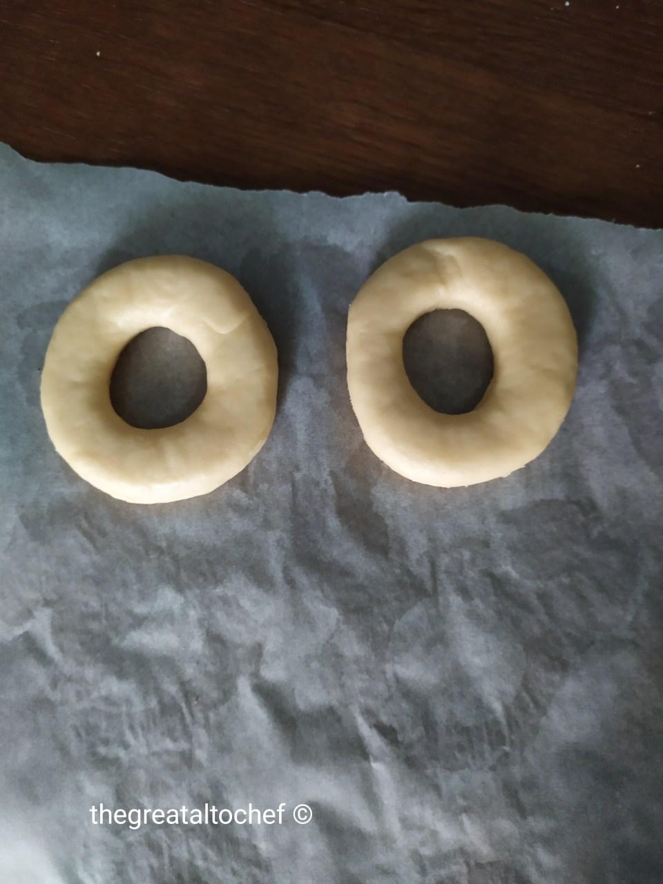Преостало тесто само благо сједините и поновите поступак све док не утрошите тесто. Мени је испало 15 крофни. Оно што је битно. Тесто не треба пуно израђивати. Такође не треба га пуно притискати оклагијом. Крофне ставити на пек папир или неку другу радну површину. Прекрити крпом па после 5 минута окренути их на другу страну. Опет покрити после 10 минута опет окренути, покрити крпом и оставити још 5 минута да нарастају.
